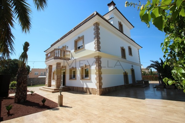 LUXURY VILLA NEXT TO THE BEACH IN CABO ROIG FOR SALE