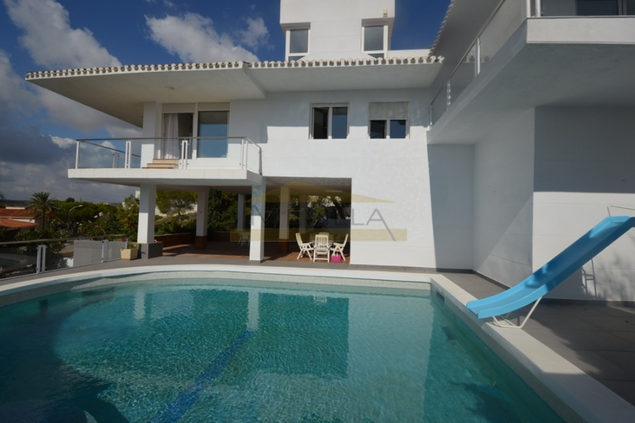 This magnificent villa has an area of 500m2 and a plot of 1200m2